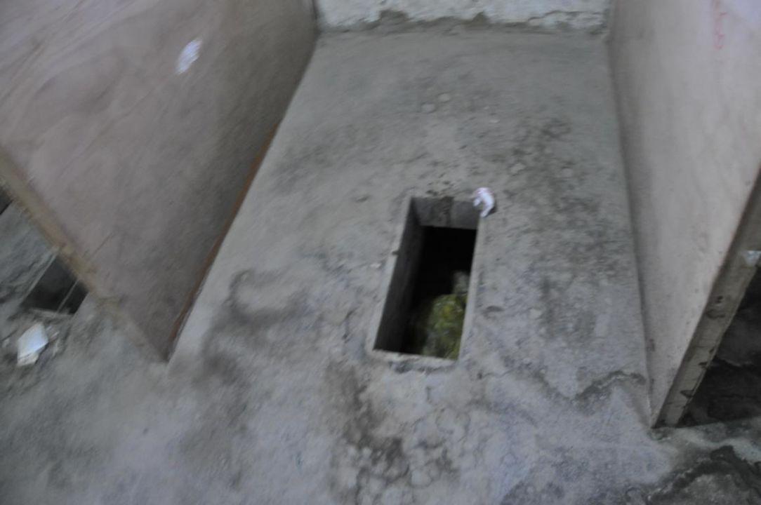 bild zimmert r von innen links oben lichtschalter zu guesthouse rongphu monastery in tingri. Black Bedroom Furniture Sets. Home Design Ideas