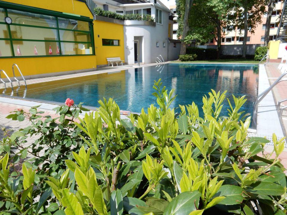 Schöner Garten Mit Pool Vienna Sporthotel