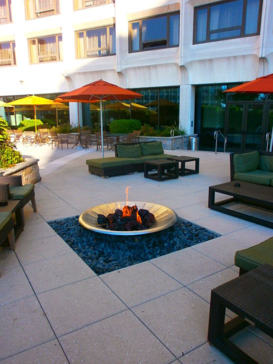 terrasse mit feuerstelle hotel hilton washington. Black Bedroom Furniture Sets. Home Design Ideas