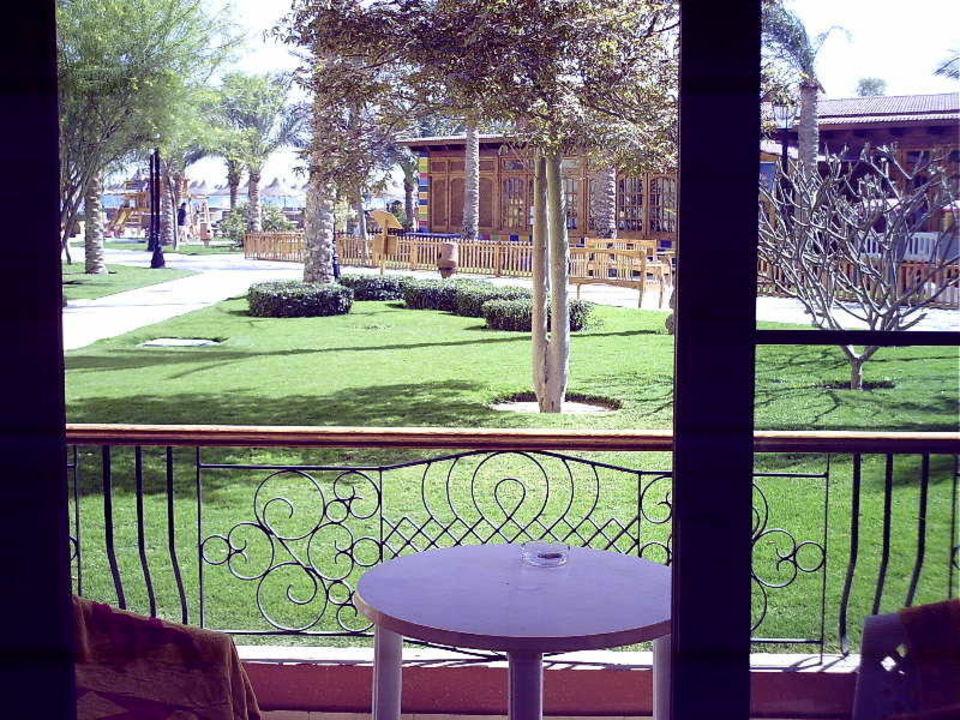 Unsere Terrasse mit Ausblick auf den Garten Siva Grand Beach