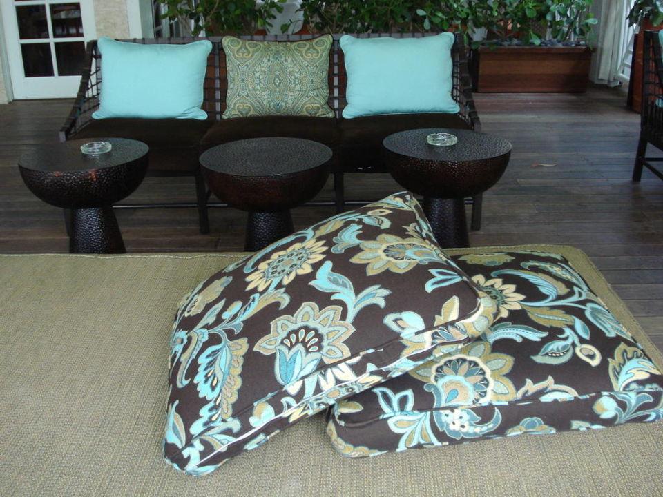 Die gemütliche Terrasse lädt zum Verweilen ein The Palms Hotel & Spa