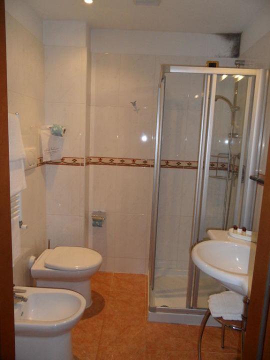 bild schimmel im bad zu hotel president in mestre. Black Bedroom Furniture Sets. Home Design Ideas