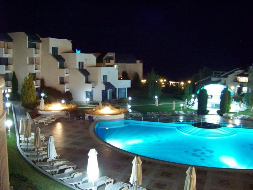 Polanlage und ein Teil des Hotels am Abend Sineva Park