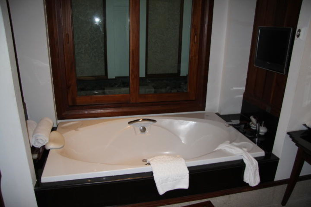 Badezimmer: Fernseher über der Badewanne\