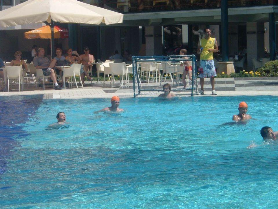 Poolspiele Queen's Park Le Jardin Resort