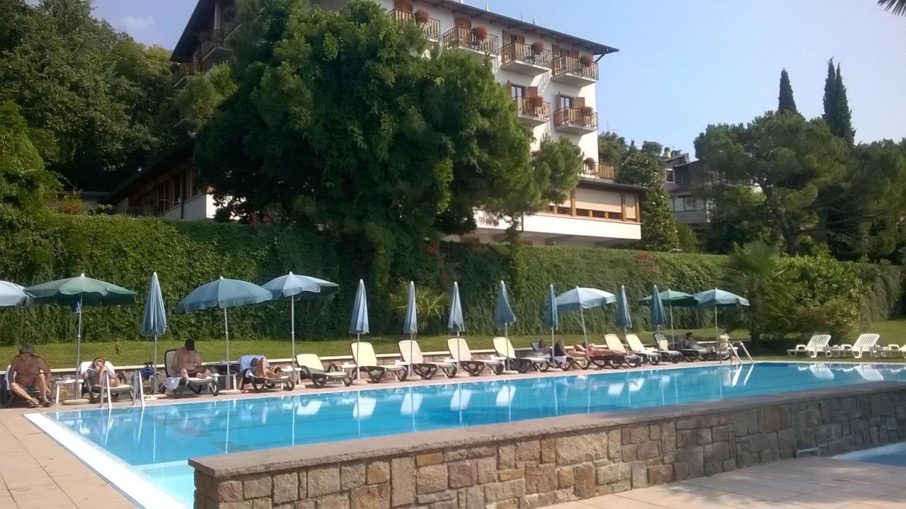 Blick vom Pool auf das Hotel Hotel Diana