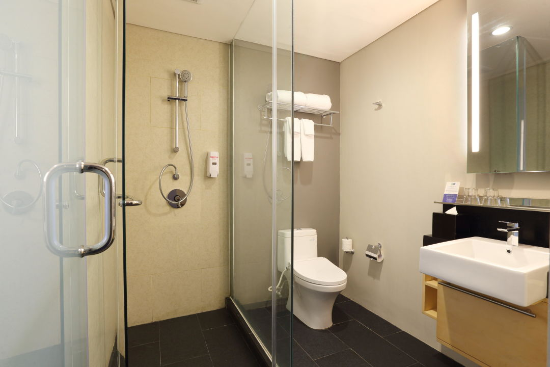 Bathroom Holiday Inn Express Jakarta Thamrin