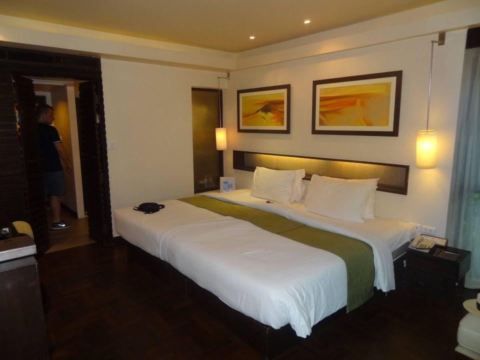 bild riesiges bett zu hotel chaweng regent beach resort in chaweng beach. Black Bedroom Furniture Sets. Home Design Ideas
