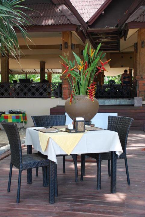 Schöner Restaurantplatz im Freien Hotel Lanta Sand Resort & Spa