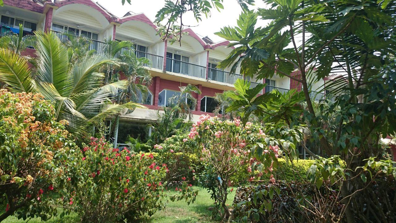 Вид на отель из сада, номера 400... Hotel Majorda Beach Resort