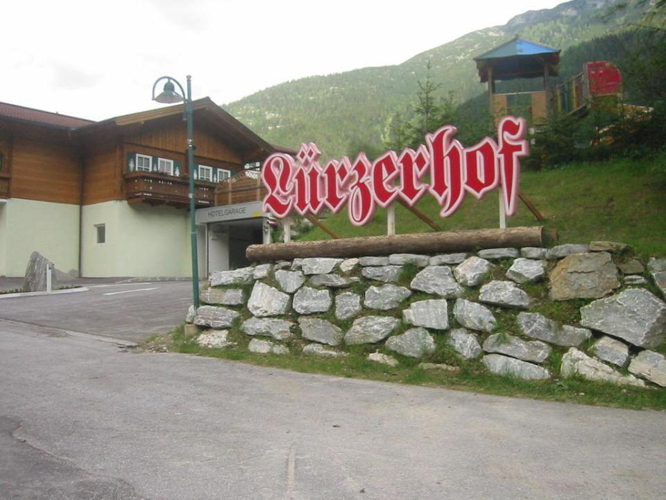 Einfahrt zur geräumigen, kostenlosen Tiefgarage Alpin Life Resort Lürzerhof