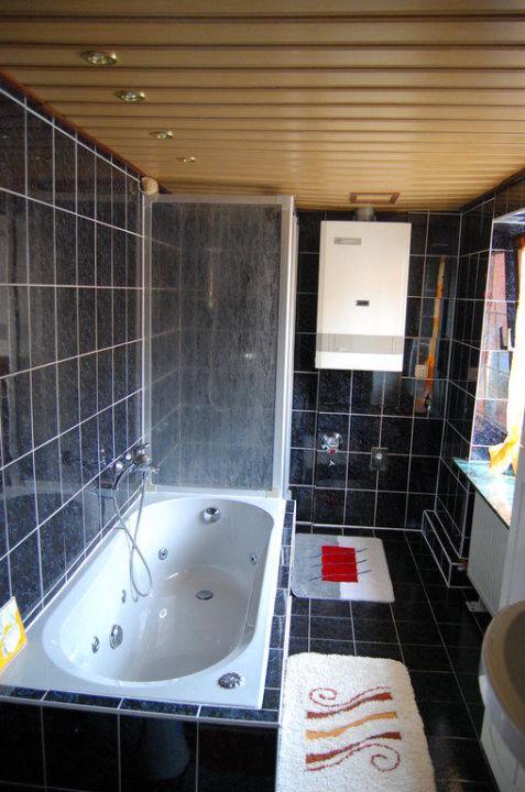 Das große Badezimmer mit Dusche und Wanne FeWo Am Kagenmarkt F337