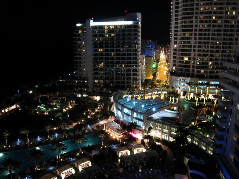 Night view from balcony hotel fontainebleau miami beach for Balcony night view