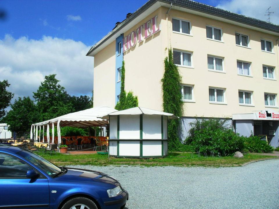 Blick vom Parkplatz zur Vorderseite des Hotels Hotel am Tierpark