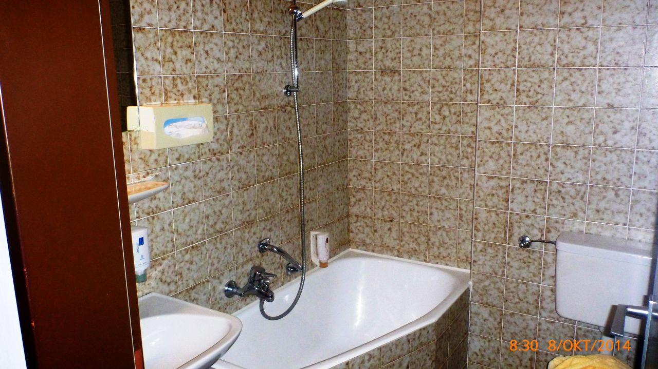 badewanne mit dusche ohne vorhang hotel schwangauer hof. Black Bedroom Furniture Sets. Home Design Ideas