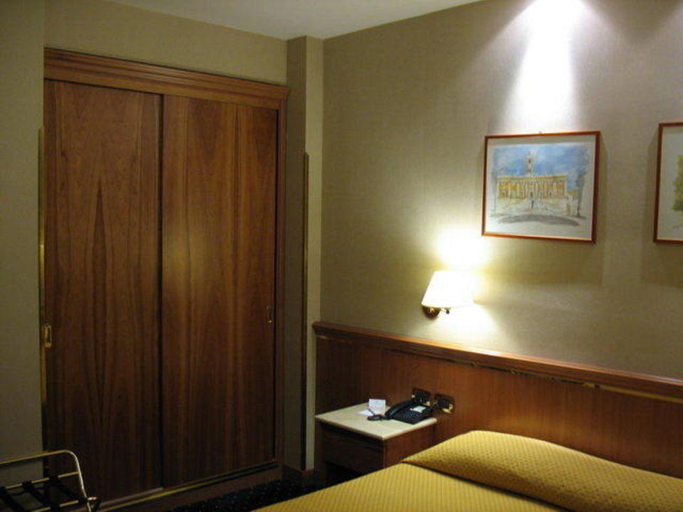 Kleiderschrank mit Safe Zimmer 403 Hotel Diocleziano