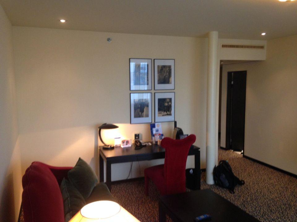 wohnzimmer mit arbeitsbereich hotel victoria basel