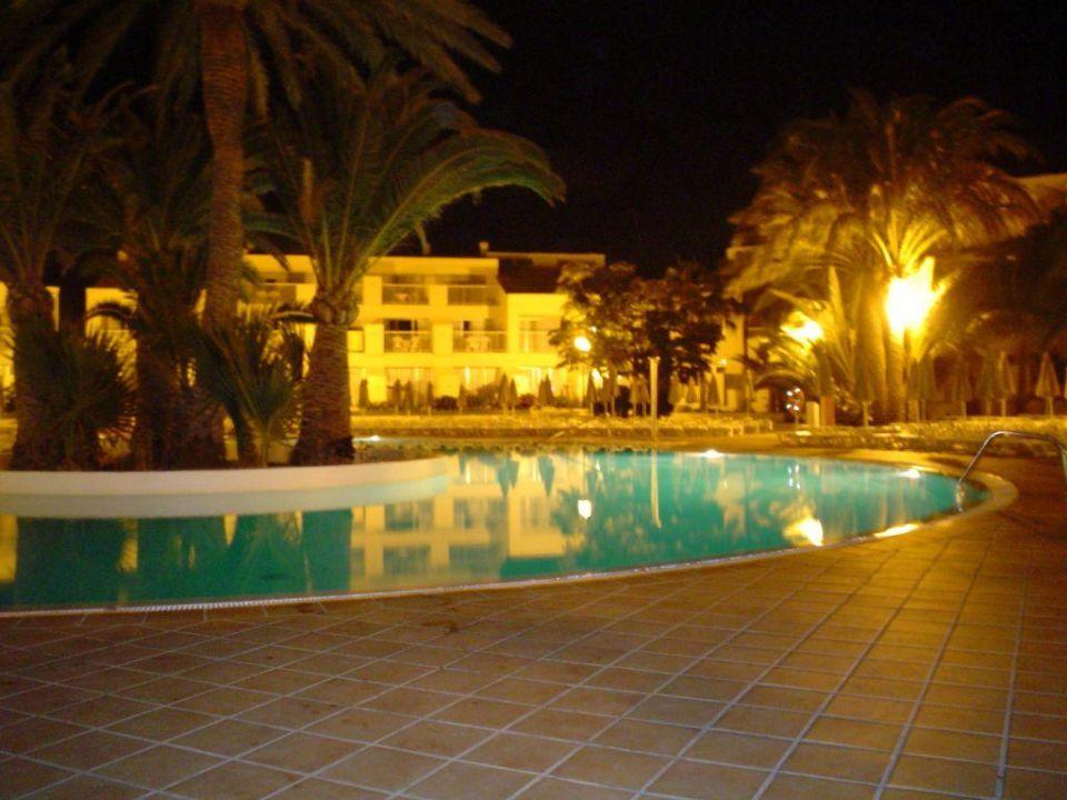Poolanlage bei Nacht Hotel Riu Oliva Beach Resort