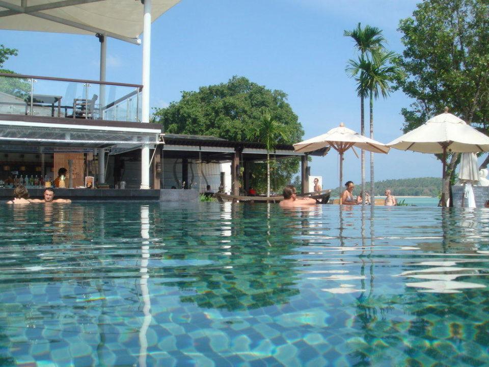 Blick aus dem Pool zum Restaurand Hotel Sareeraya Villas & Suites
