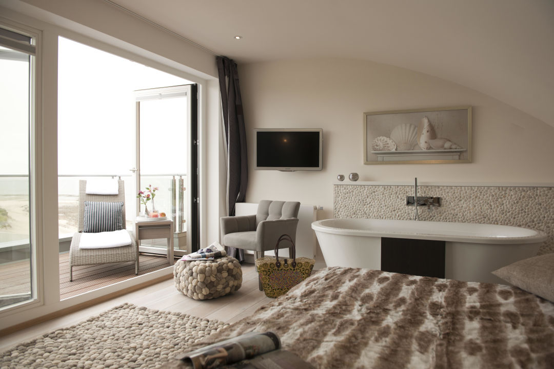 schlafzimmer mastersuite mit badewanne hotel strand am. Black Bedroom Furniture Sets. Home Design Ideas