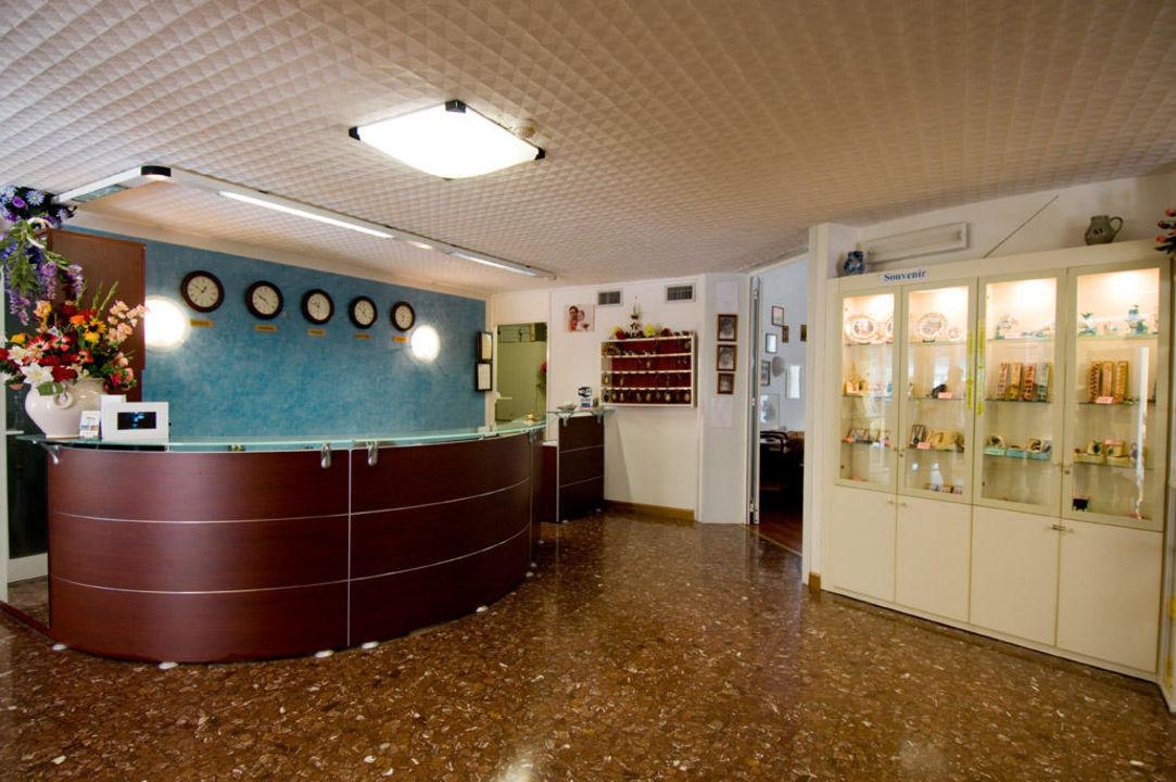 Hall con bacheca souvenirs Hotel Ai Pini