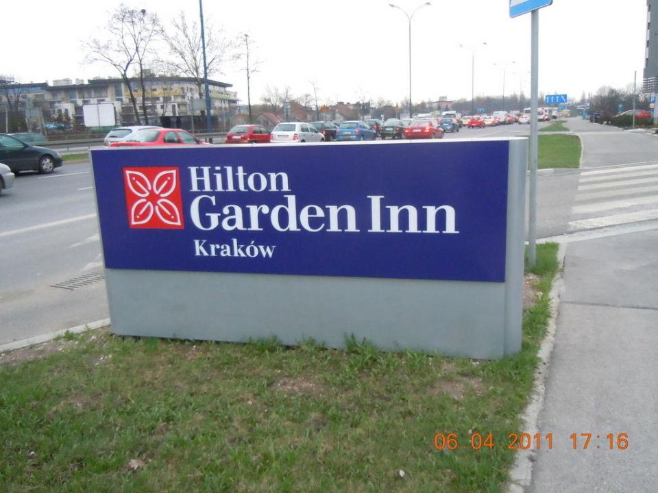 Schild mit dem Hotelname Hilton Garden Inn Kraków