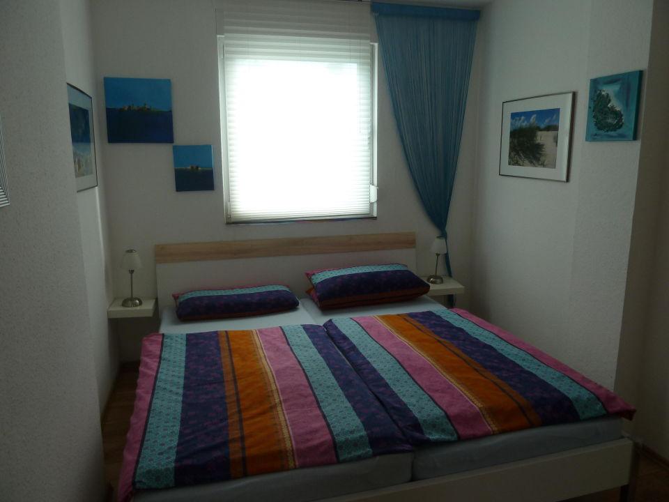 Schlafzimmer mit Doppelbett\