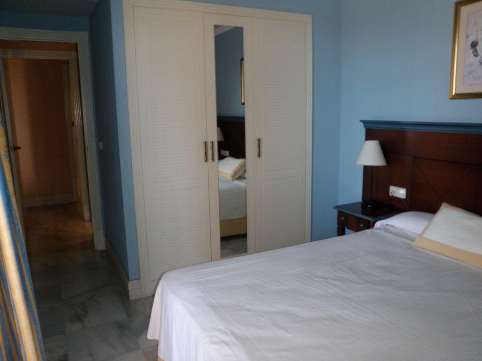 Schlafzimmer mit Einbauschrank\