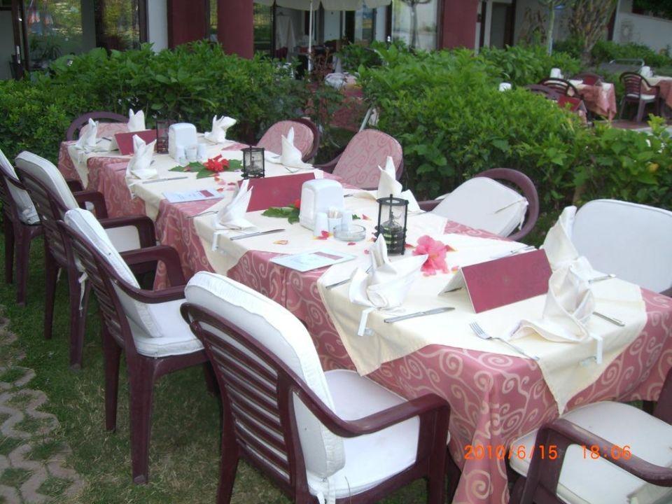 Schön gedeckter Tisch fürs Abendessen\