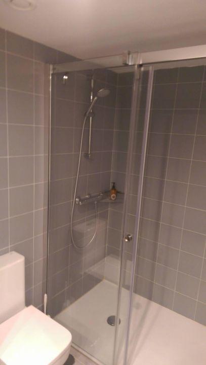 Badezimmer einer clubsuite ebenerdige dusche ocean for Badezimmer ebenerdige duschen