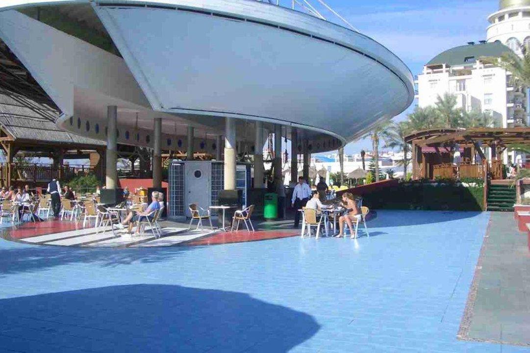 Teil vom Pool und der Bar am Pool Hotel Delphin Diva