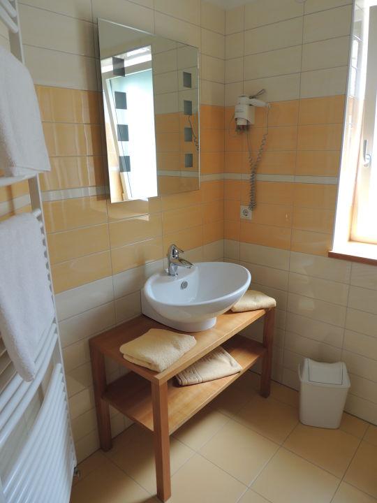 Kinder-Badezimmer mit Fenster Dusche und WC\