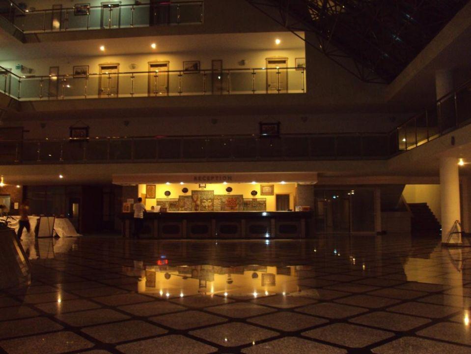 A tak po północy wygląda wnętrze hotelu Hotel Holiday Park Resort
