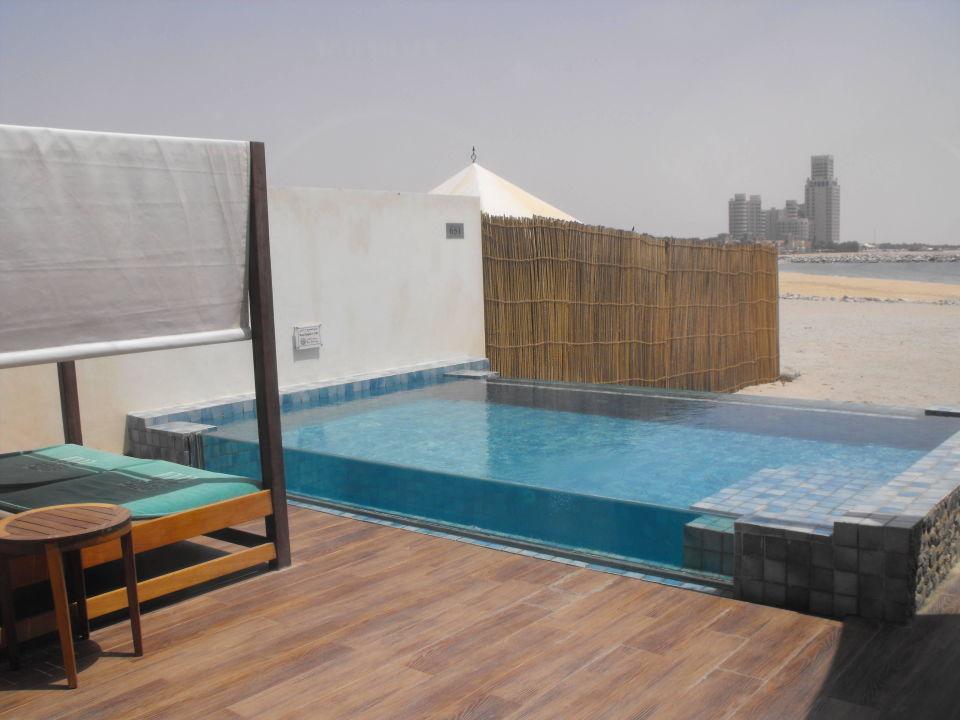 Eigener Pool mit Doppelliege The Ritz-Carlton Ras Al Khaimah Al Hamra Beach