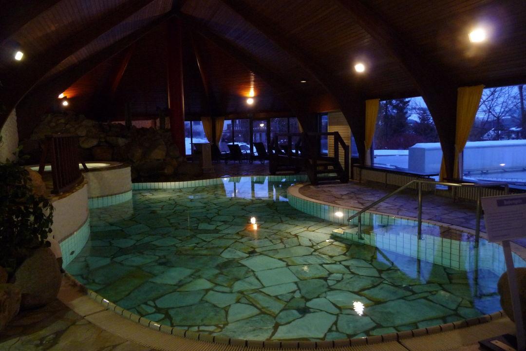 Romantisches hotelzimmer mit whirlpool  Schwimmbecken und Whirlpool (links)