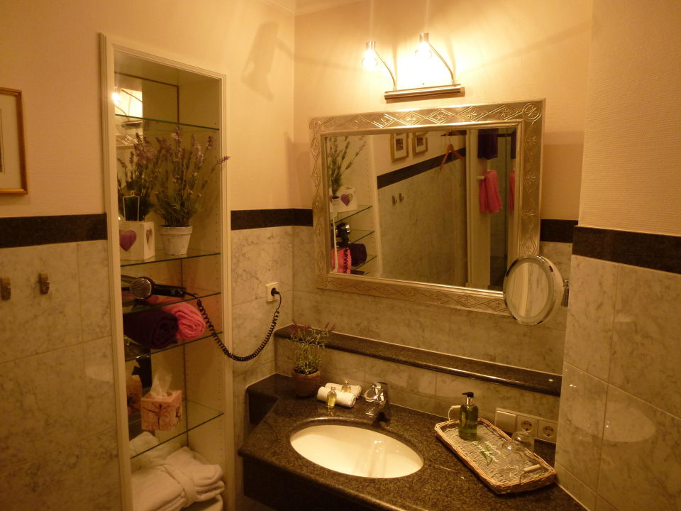 Badezimmer mit Waschplatz aus Granit und Marmor\