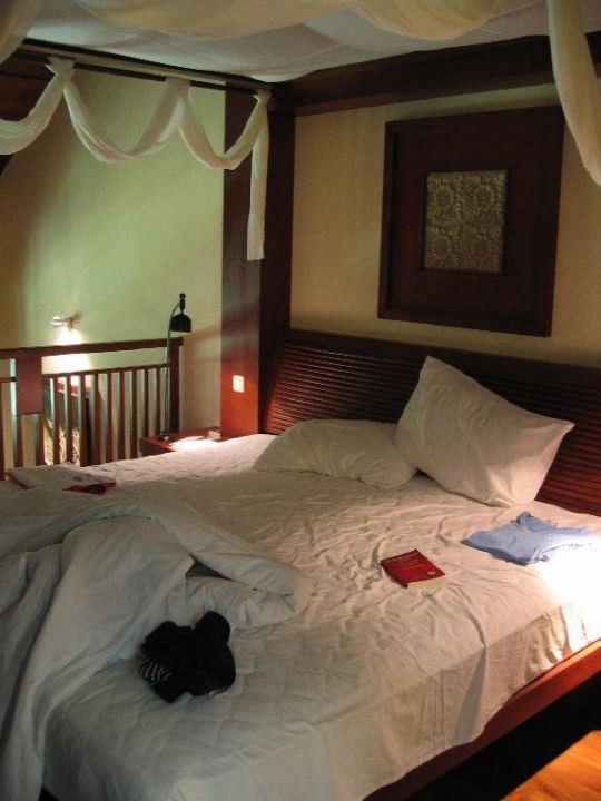 Junior Suite - 2. Etage Bett und Bad Hotel Harbour Grand Kowloon