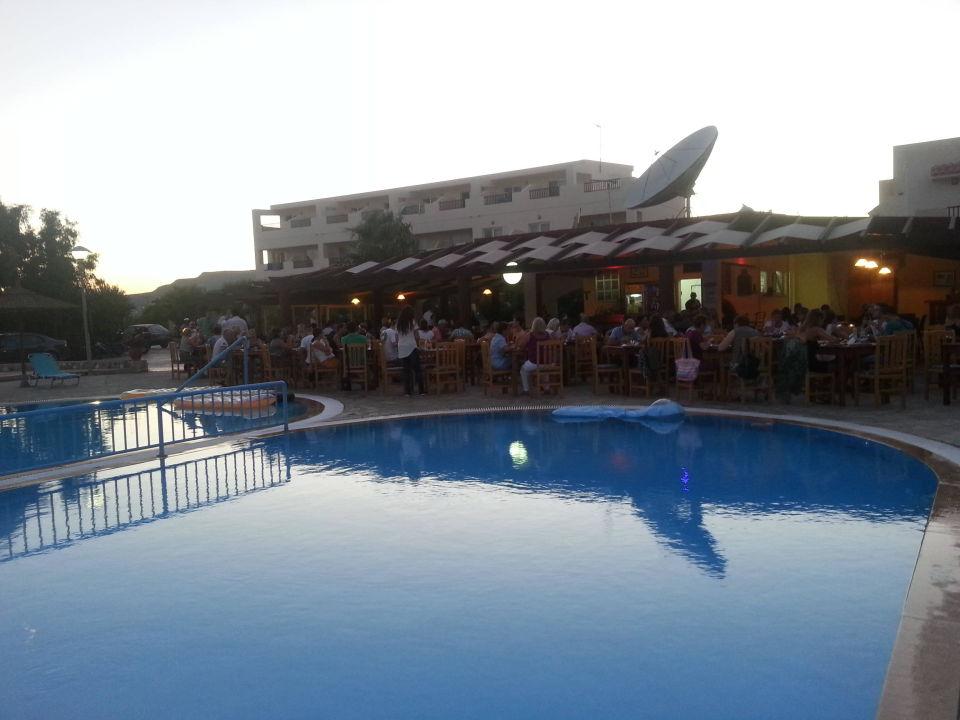 Blick vom Pool auf die Hotelanlage Evripides Village