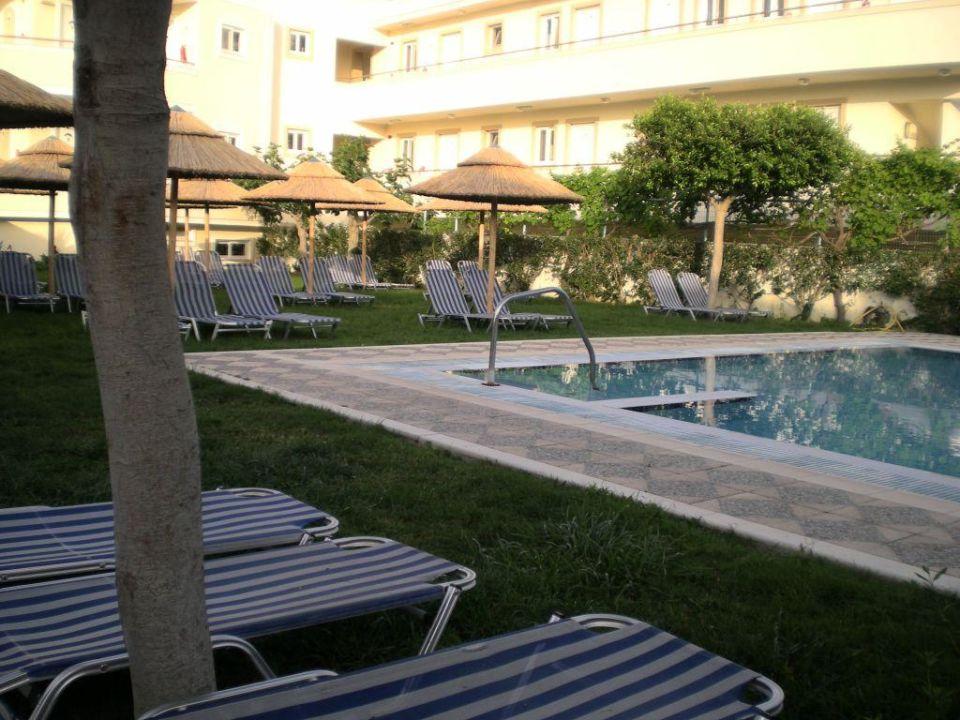 Garten-Anlage mit kleinem Pool\
