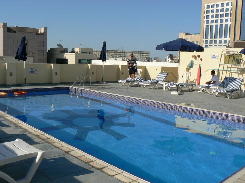 Pool auf dem Dach Royal Ascot Hotel Apartment
