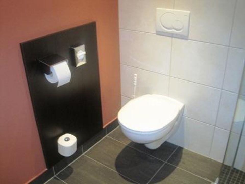 Badezimmer: Toilette Lindner Hotel Eifeldorf Grüne Hölle Nürburgring