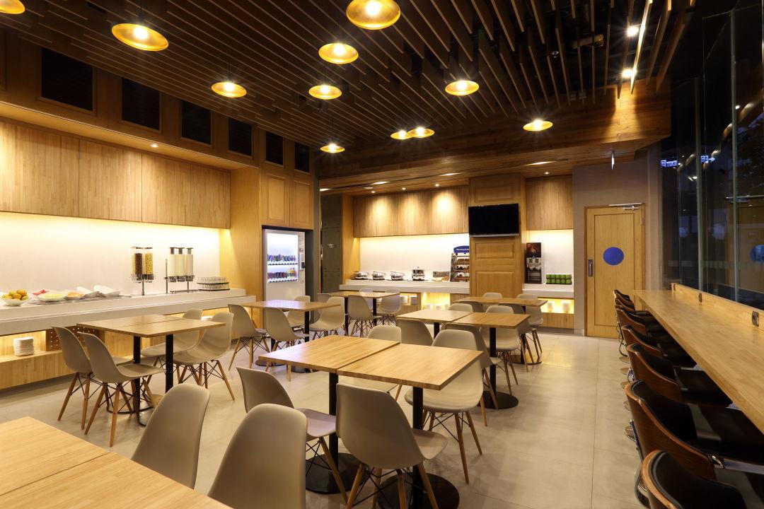 Breakfast Area Holiday Inn Express Jakarta Thamrin