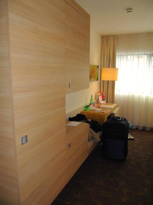 Blick vom Eingang des Zimmers aus H+ Hotel Salzburg