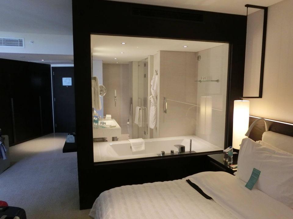 bild schlafzimmer mit blick aufs bad zu le royal m ridien beach resort spa dubai in dubai. Black Bedroom Furniture Sets. Home Design Ideas