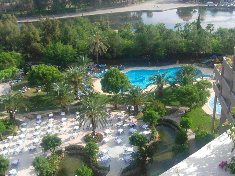 Sitzbereich beim Adebdessen und der Pool Grand Prestige Hotel & Spa