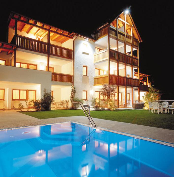 Nachtansicht mit Schwimmbad Landhaus Fux