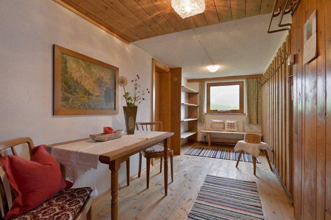 gem tliche urige einrichtung aus holz ferienhaus. Black Bedroom Furniture Sets. Home Design Ideas