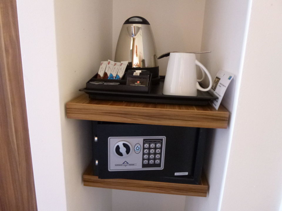 safe und kaffee teezubereiter hotel holiday inn express dresden city centre dresden. Black Bedroom Furniture Sets. Home Design Ideas