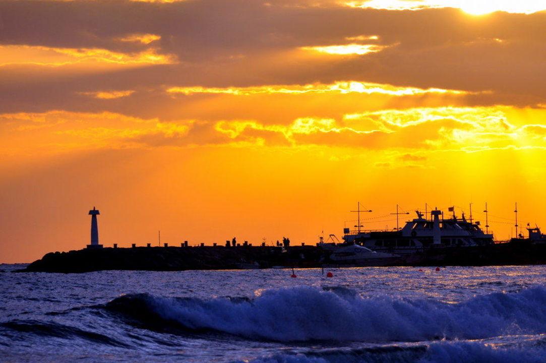 Sonnenuntergang mit Blick zum Hafen Hotel Alion Beach