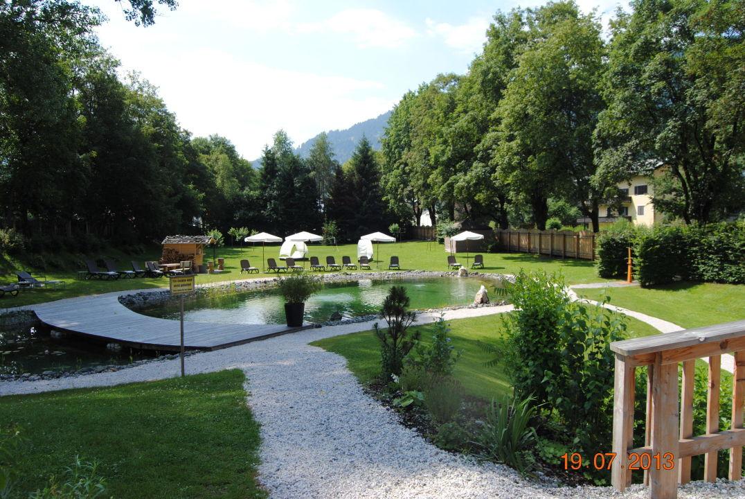 Bild garten mit naturteich pool zu q resort health for Naturteich garten